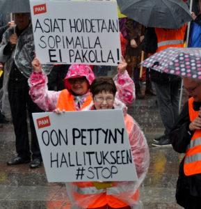 Pakottamista vastustettiin ja sopimista kannatettiin muun muassa palkansaajien mielenilmauspäivänä viime syksynä Oulussa. (Arkistokuva: Tero Kaikko)