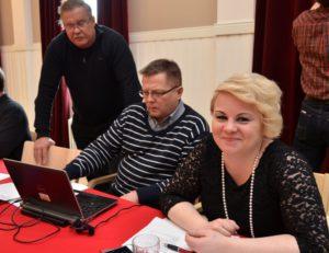 Kati Tervo tavoittelee puoluevaltuuston puheenjohtajuutta ja sai piirinsä tuen. Vierellä Jouko Pasoja ja Markus Mustajärvi. (Kuva: Tero Kaikko)