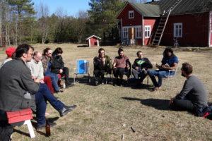 Eurooppalainen kirjailijakiertue istui aurinkoiseen maalaispihaan Hailuodossa. Sama joukkio vieraili myös Oulussa ja Rovaniemellä. (Kuva: Maija Aalto)