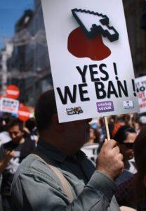 Median sananvapauden kaventamisen lisäksi Turkki on kunnostautunut myös internet-sensuroinnissa. Kuva vuoden 2011 sensuuria vastustavasta mielenosoituksesta Istanbulista. (Kuva: Erdem Civelek / Wikimedia Commons)