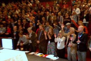 Kokouksen lopuksi laulettu Kansainvälinen nosti tunnelman ja yhteishengen katosta läpi. (Kuva: Tero Kaikko)