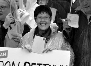Pilke silmäkulmassa ja positiivinen elämänasenne pysyivät Paula Grekelän mukana loppuun asti. Kuva on palkansaajien mielenosoituksesta Oulun Rotuaarilta viime syksyltä. (Arkistokuva: Tero Kaikko)